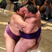 朝乃山(左)が栃ノ心を寄り切りで破る=東京・両国国技館でで2019年9月9日、丸山博撮影