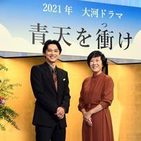 2021年NHK大河ドラマ「青天を衝け」で主演する吉沢亮さん(左)と脚本家の大森美香さん=東京都渋谷区で2019年9月9日午後5時35分、根岸基弘撮影