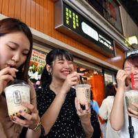 オープンしたばかりの「龍珍珠梅田」でタピオカドリンクを味わう若者ら=大阪市北区で2019年8月30日午前11時17分、小松雄介撮影