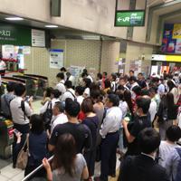 山手線の運転再開を待つ人たち=東京都新宿区で2019年9月9日午前8時34分、数野智史撮影