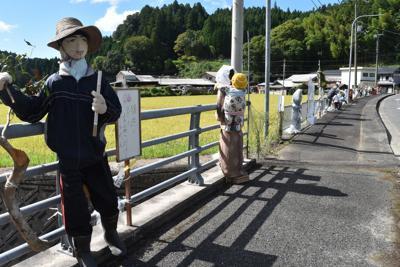 道沿いにずらりと並ぶかかし=奈良県御杖村で2019年9月6日、広瀬晃子撮影