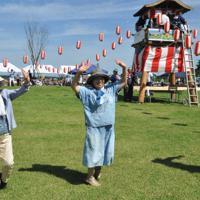 盆踊りを楽しむ参加者ら=福島県大熊町大川原で