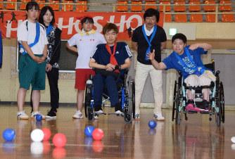 真剣な表情でボッチャのボールを投げる参加者(右端)=三重県名張市夏見で