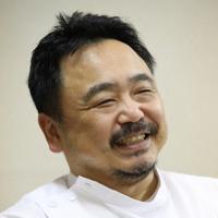 高校時代を振り返る甲南病院循環器内科部長の水谷和郎さん=神戸市東灘区で、梅田麻衣子撮影