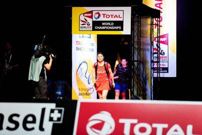 パラバドミントンの世界選手権でショーアップされたメインコートに登場した世界ランキング1位の鈴木亜弥子。この試合の後、優勝したバドミントン男子の桃田賢斗らが熱戦を繰り広げた=写真家・越智貴雄さん撮影