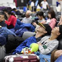 出発ロビーで寝る空港利用者たち=成田空港で2019年9月10日午前4時25分、藤井達也撮影