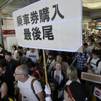 京成線の始発電車に乗るために列を作る空港利用者たち=成田空港で2019年9月10日午前5時4分、藤井達也撮影