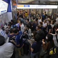 京成線の始発電車に乗るために乗車券購入機の前に列を作る空港利用者たち=成田空港で2019年9月10日午前5時6分、藤井達也撮影