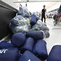 返却された空港で寝泊まりする人のための寝袋=成田空港で2019年9月10日午前6時43分、藤井達也撮影