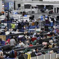 出発ロビーでベンチや寝袋などを使って横になる利用客=成田空港で2019年9月10日午前4時16分、藤井達也撮影