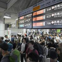 京成線の始発電車に乗るために列を作る空港利用者たち=成田空港で2019年9月10日午前5時8分、藤井達也撮影