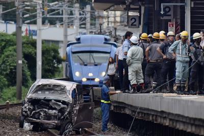 JR東福間駅構内の線路に落ちた軽乗用車。後方は緊急停車した特急ソニック=福岡県福津市で2019年9月6日午後4時31分、田鍋公也撮影