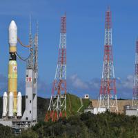 発射台に移動するH2Bロケット=鹿児島県南種子町の種子島宇宙センターで2019年9月10日午後2時48分、徳野仁子撮影
