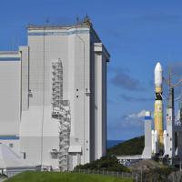 組み立て棟(左)から出て発射台に移動するH2Bロケット=鹿児島県南種子町の種子島宇宙センターで2019年9月10日午後2時35分、徳野仁子撮影