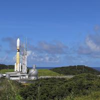 組み立て棟(左)から発射台に移動するH2Bロケット=鹿児島県南種子町の種子島宇宙センターで2019年9月10日午後2時40分、徳野仁子撮影