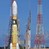 発射台に移動するH2Bロケット=鹿児島県南種子町の種子島宇宙センターで2019年9月10日午後2時50分、徳野仁子撮影