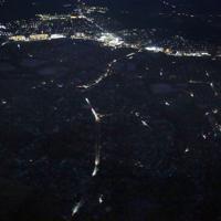 台風15号の影響による停電で車のライトの他は暗闇に覆われた住宅街(手前)=千葉県市原市辰巳台東1周辺で2019年9月10日午後6時32分、本社ヘリから玉城達郎撮影