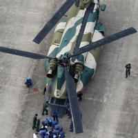 下総航空基地に着陸したヘリから熱中症患者を降ろす自衛隊員ら=千葉県柏市で2019年9月10日午後3時53分、本社ヘリから玉城達郎撮影