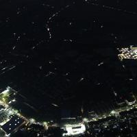 台風15号の影響で今なお続く停電で暗闇に覆われた市原市辰巳台東の住宅街(中央)。車のライトが浮かび上がっている。右端は千葉労災病院=千葉県市原市で2019年9月10日午後6時33分、本社ヘリから玉城達郎撮影