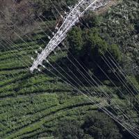 台風15号の影響で倒壊した送電線の鉄塔=千葉県君津市で2019年9月9日午後0時38分、本社ヘリから玉城達郎撮影