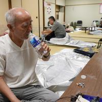 自宅が停電し、避難所で過ごす須藤文栄さん(87)。クーラーが使えない自宅でほとんど一睡もできず、この日から避難所に来た。宮城県南三陸町出身で、東日本大震災では多くのきょうだいや親類が津波の犠牲になったという。「停電でテレビも見られないから、情報が何も分からなかった。ヘルパーさんから避難所のことを教えてもらい、生まれて初めて避難所に来た」と話していた=千葉市若葉区で2019年9月10日午後6時53分、丸山博撮影