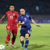 【日本-ミャンマー】前半、ボールを競り合う日本の長友=ミャンマー・ヤンゴンで2019年9月10日、AP