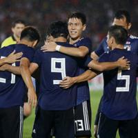 【日本-ミャンマー】前半、南野(中央・背番号9)の2点目のゴールを喜ぶ日本の選手たち=ミャンマー・ヤンゴンで2019年9月10日、ロイター