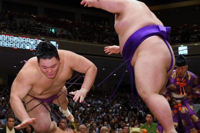 貴景勝(右)がはたき込みで朝乃山を降す=東京・両国国技館で2019年9月10日、北山夏帆撮影