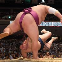 友風(手前)がはたき込みで玉鷲を降す=東京・両国国技館で2019年9月10日、北山夏帆撮影