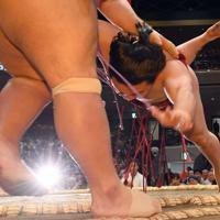 琴勇輝(手前)を寄り切りで破る炎鵬=東京・両国国技館で2019年9月10日、北山夏帆撮影