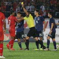 【日本-ミャンマー】前半、大迫へのファウルでイエローを出されるミャンマーの選手=ミャンマー・ヤンゴンで2019年9月10日、ロイター