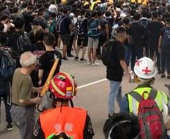 衝突現場の最前線で活動する救護ボランティア=香港・金鐘で2019年6月17日、福岡静哉撮影