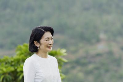 旅行先のブータンで水田近くを散策される秋篠宮妃紀子さま=ブータン・プナカで2019年8月21日撮影(宮内庁提供)