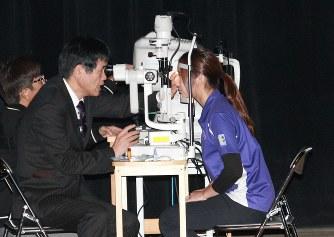 市民講座で診察の実演をする眼科医