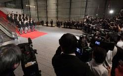 第4次安倍改造内閣の記念撮影に臨む安倍晋三首相と新閣僚たち(左)=首相官邸で2018年10月2日、川田雅浩撮影
