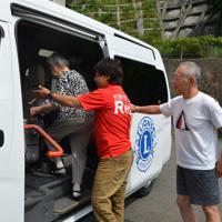 病院送迎をするNPO「Rera」に同行する牧秀一さん(右)=宮城県石巻市で2019年8月19日午前10時21分、井上元宏撮影