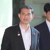 閣議に向かう柴山昌彦文部科学相=首相官邸で10日、川田雅浩撮影