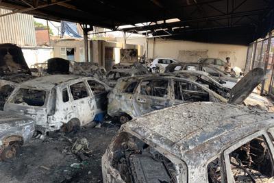 ケネディさんが経営する中古車販売店で暴徒に焼かれた車=ヨハネスブルクで2019年9月5日午後0時24分、小泉大士撮影