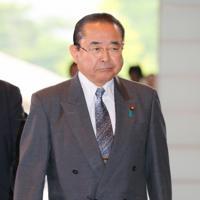 復興相に就任が内定し、首相官邸に入る田中和徳氏=2019年9月11日午後1時32分、長谷川直亮撮影