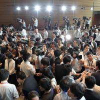 呼び込みを終えた新閣僚の内定者たちの話を聞く大勢の報道陣=首相官邸で2019年9月11日午後1時44分、川田雅浩撮影