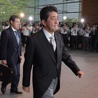 新閣僚の認証式のため皇居に向かう安倍晋三首相=首相官邸で2019年9月11日午後3時16分、川田雅浩撮影