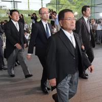 認証式のため皇居に向かう科学技術担当相に就任が内定した竹本直一氏(手前)ら=首相官邸で2019年9月11日午後3時45分、川田雅浩撮影