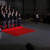 記念撮影に応じる第4次安倍再改造内閣の閣僚たち=首相官邸で2019年9月11日午後7時25分、宮武祐希撮影