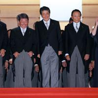 記念撮影に臨む安倍晋三首相(中央)ら=首相官邸で2019年9月11日午後7時21分、長谷川直亮撮影