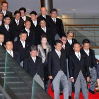 記念撮影に応じる第4次安倍再改造内閣の閣僚たち=首相官邸で2019年9月11日午後7時22分、宮武祐希撮影