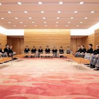 初閣議に臨む安倍晋三首相(中央)と閣僚たち=首相官邸で2019年9月11日午後6時50分、川田雅浩撮影