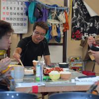 ホタテを水揚げした後、佐藤一さん(奧)と一緒に朝食をとる三浦大輝さん(右)と冨樫翔さん(左)=宮城県石巻市雄勝町で2019年8月26日午前6時7分、和田大典撮影