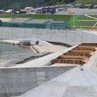 かさ上げされ、堤防や商業施設の建設が進められている雄勝町中心地域=宮城県石巻市雄勝町で2019年8月25日午後4時54分、和田大典撮影