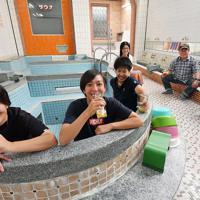 毎週末に販売されるビールを、浴槽に入って楽しむ人たち=大阪市東淀川区で、山田尚弘撮影