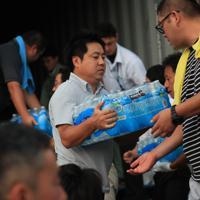 コストコから市原市役所に届けられた大量の水を運び出す人たち=千葉県市原市で2019年9月11日午後5時37分、玉城達郎撮影